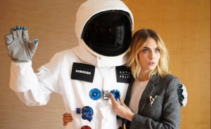 Kara Delavinj i Samsung astronaut